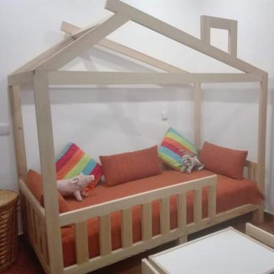 As camas chalet são um dos modelos de camas montessorianas realizados pela Gusca