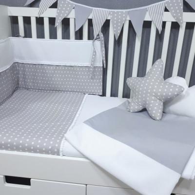 Edredon e protetor para cama de bebé em tons de cinza e branco